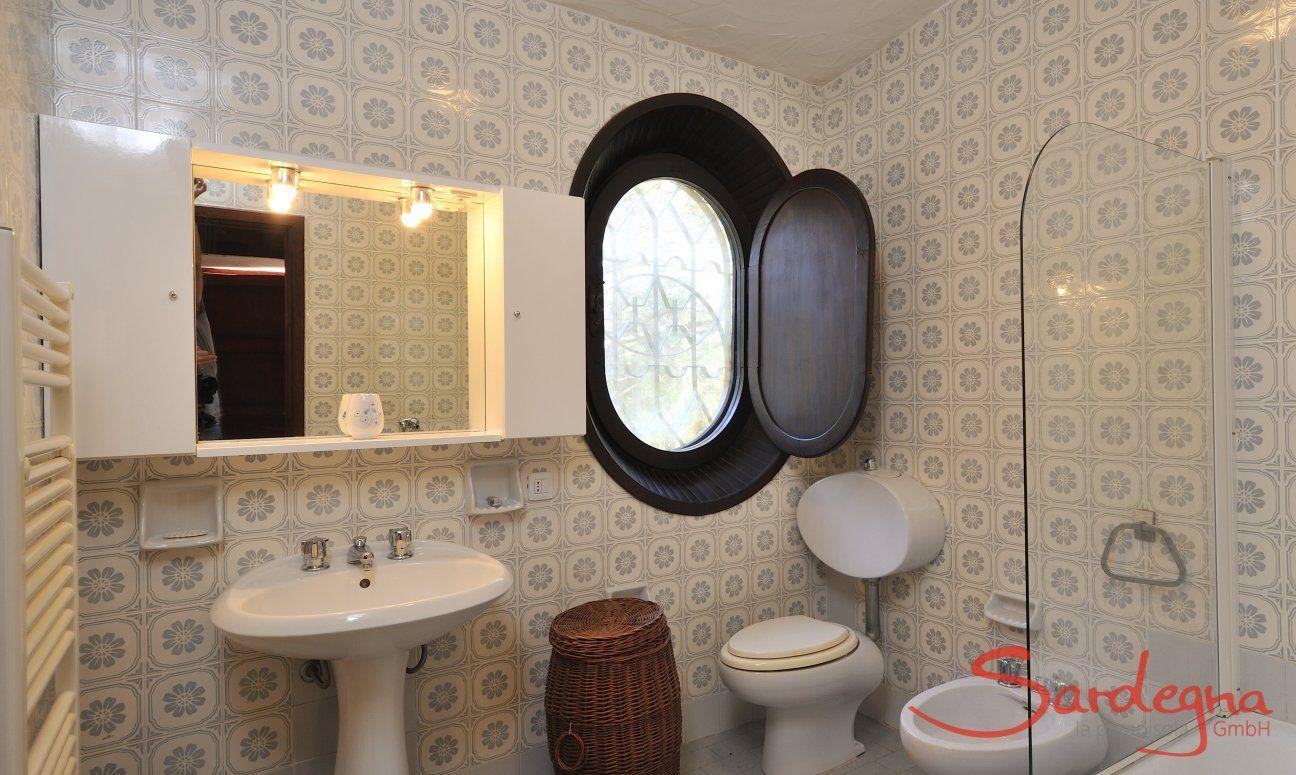 Bathroom 1 first floor with bathtube