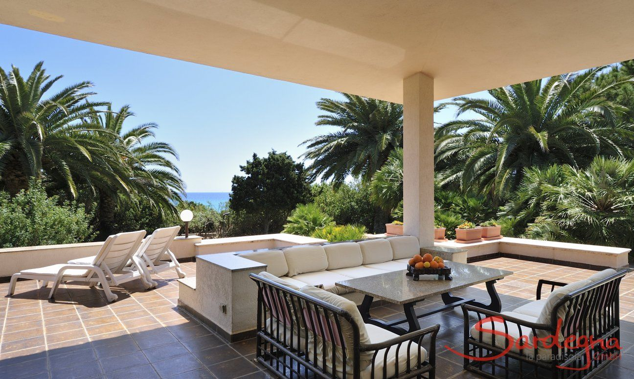 Big lounge area and terrace with garden view