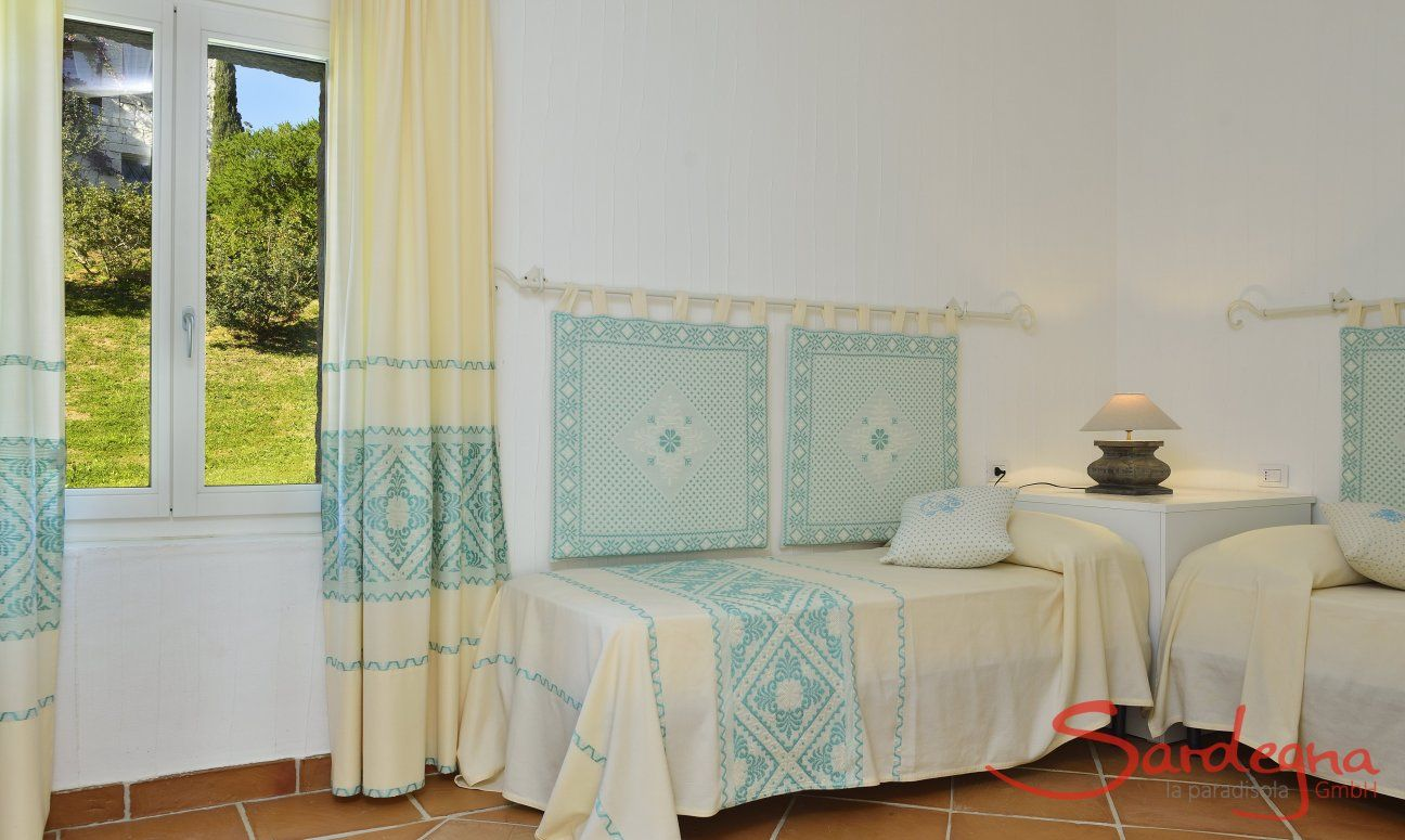 Bedroom with two single beds and garden view Li Conchi 7