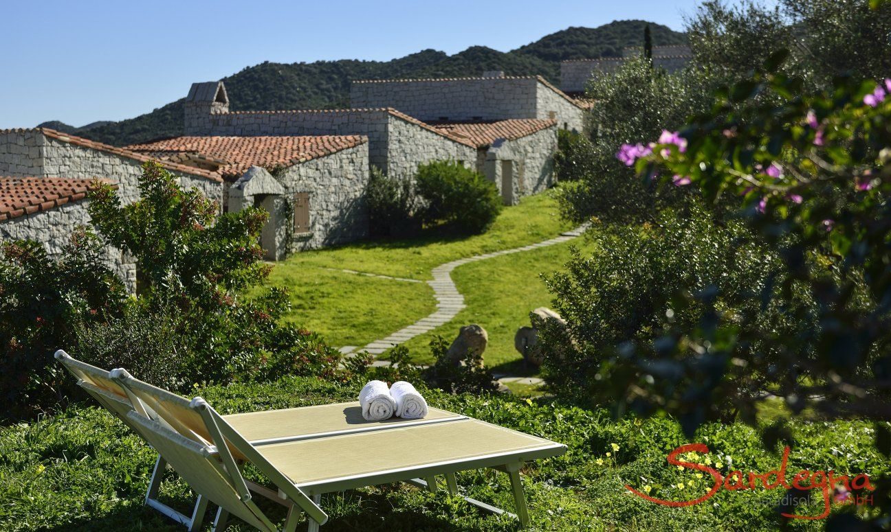 Garden with two sun loungers in front of the holiday home  Li Conchi 7