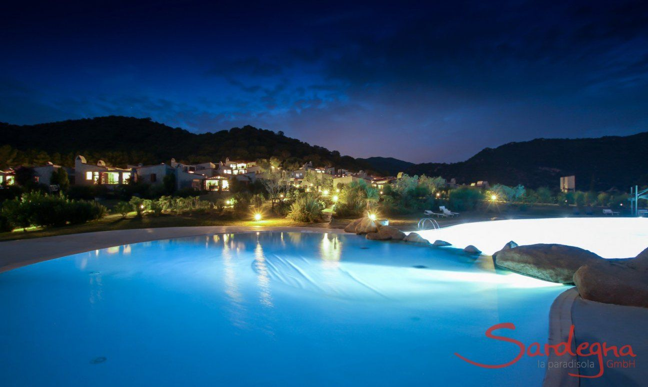 Big pool and the holiday houses of Li Conchi at night
