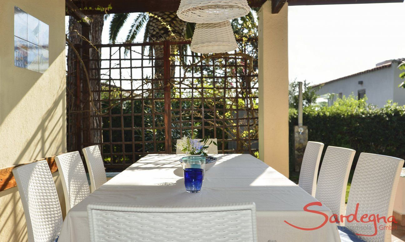 Roofed dining area on the terrace