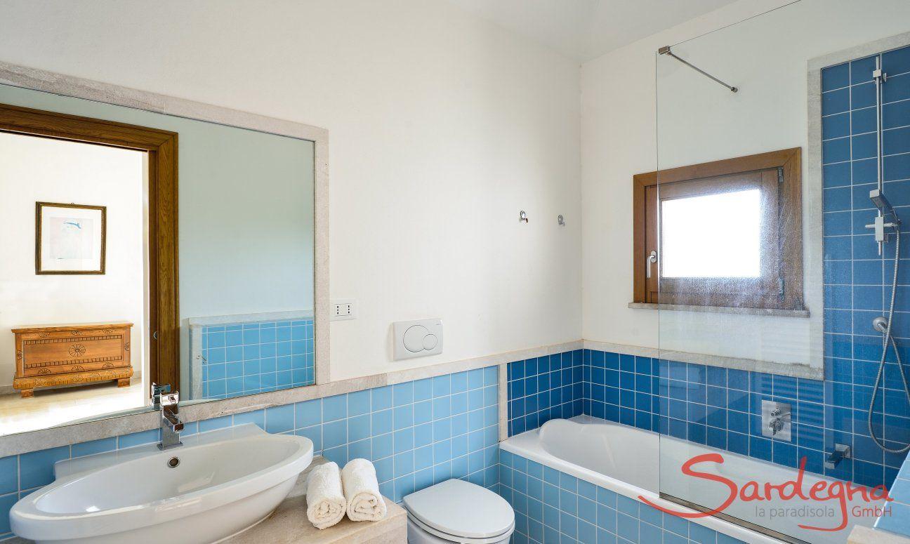 Bathroom first floor with bathtube