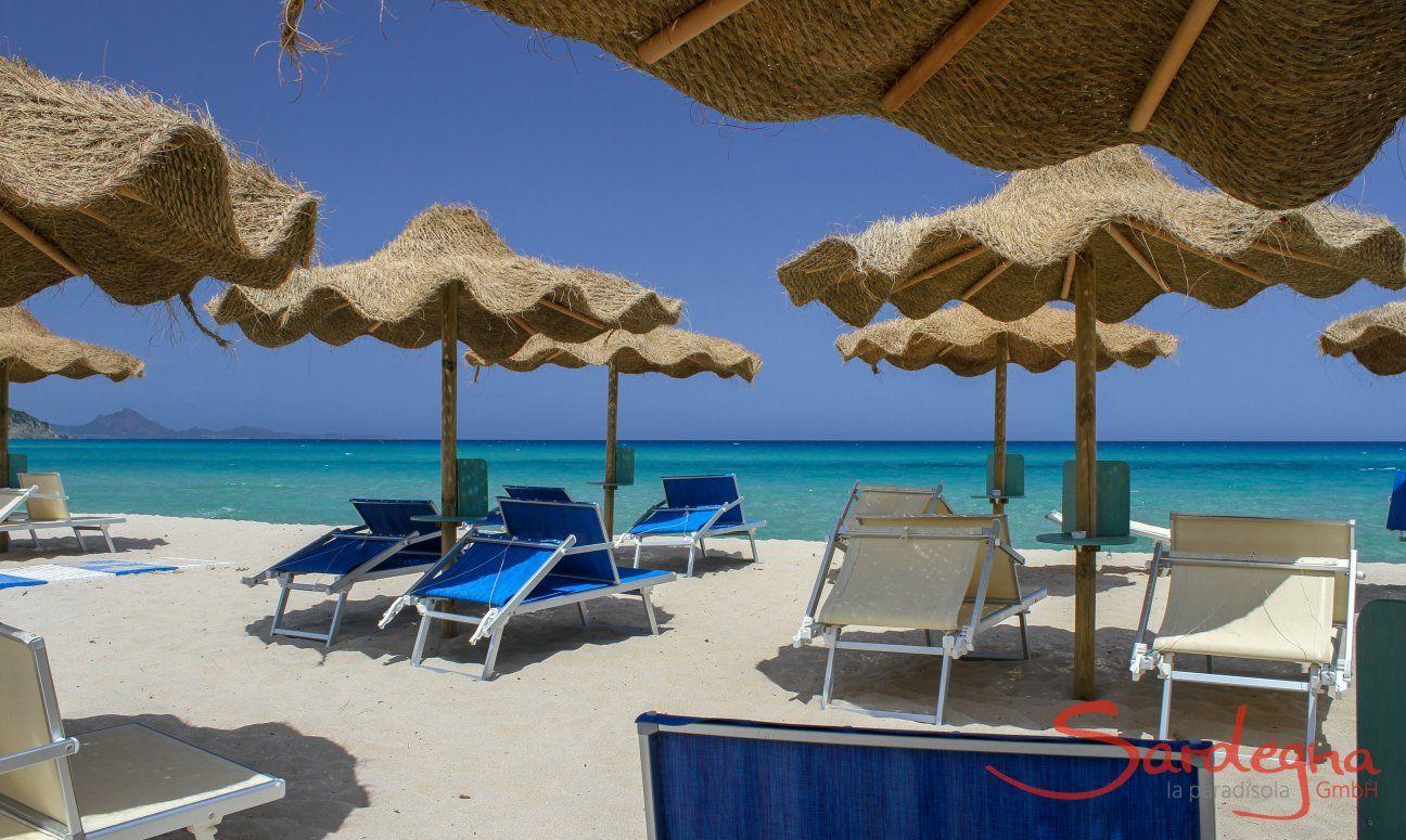Beach Tamatete with sunbedsa and ombrellas in Cala Sinzias