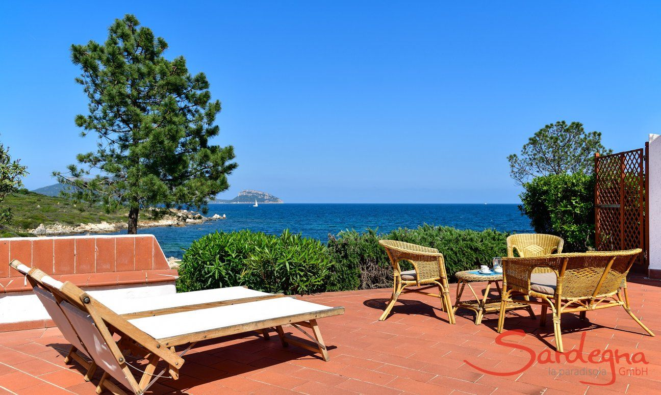 Terrace of the Villa Nodu Pianu with sunbeds and sea view