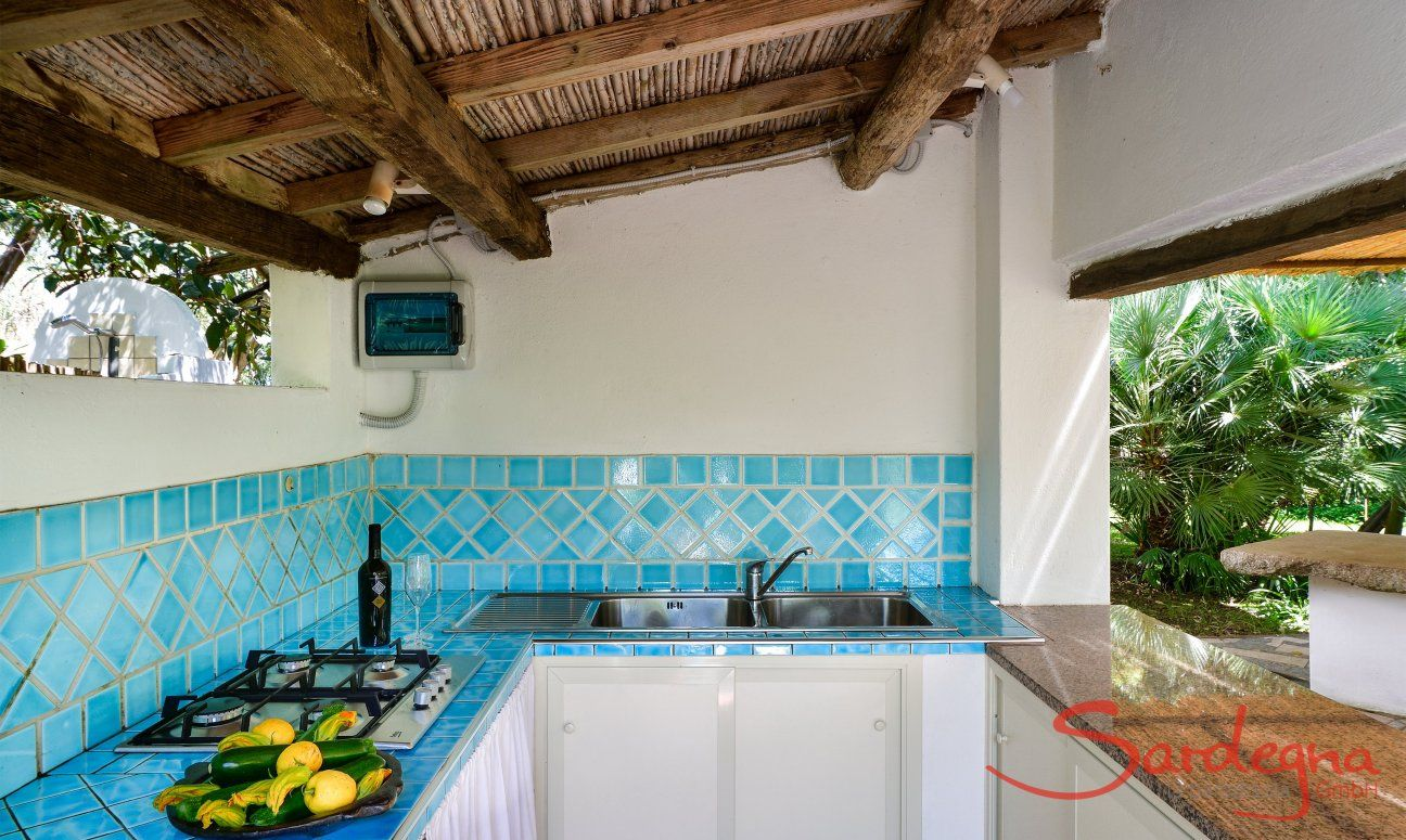 Outdoor kitchen with kitchen sink and