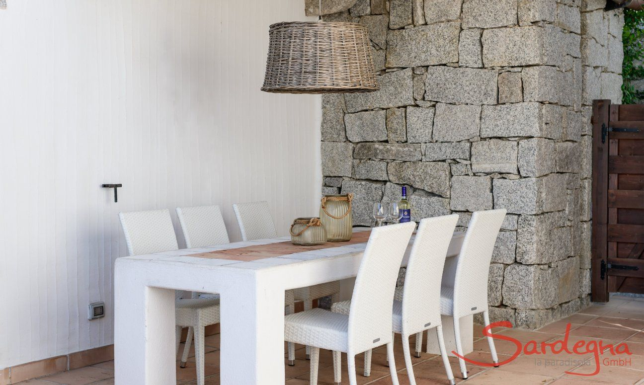 Dining table in the courtyard of Li Conchi 29