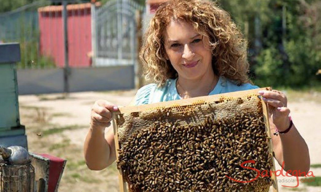The author Cristina Caboni is a mother, wife and beekeeper.