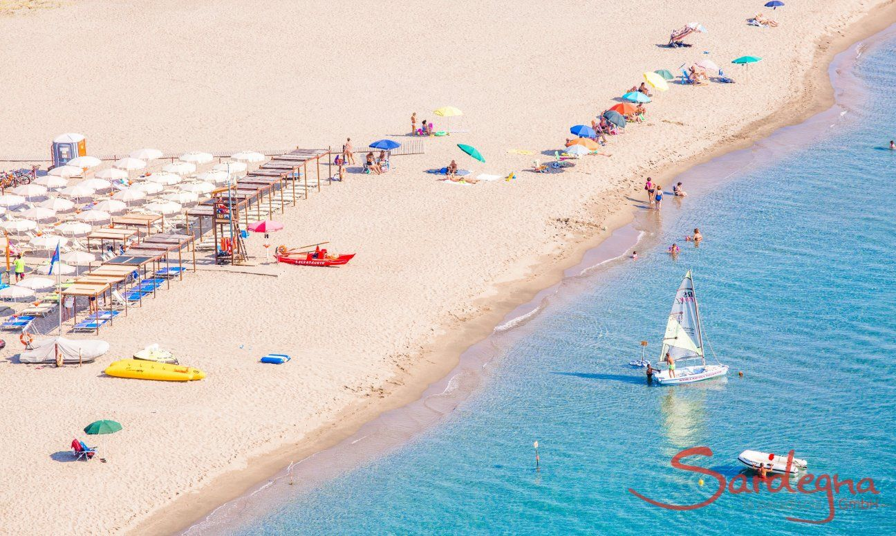 Wide, white sandbeach with umbrellas and sundbeds for rent or free, Torresalinas