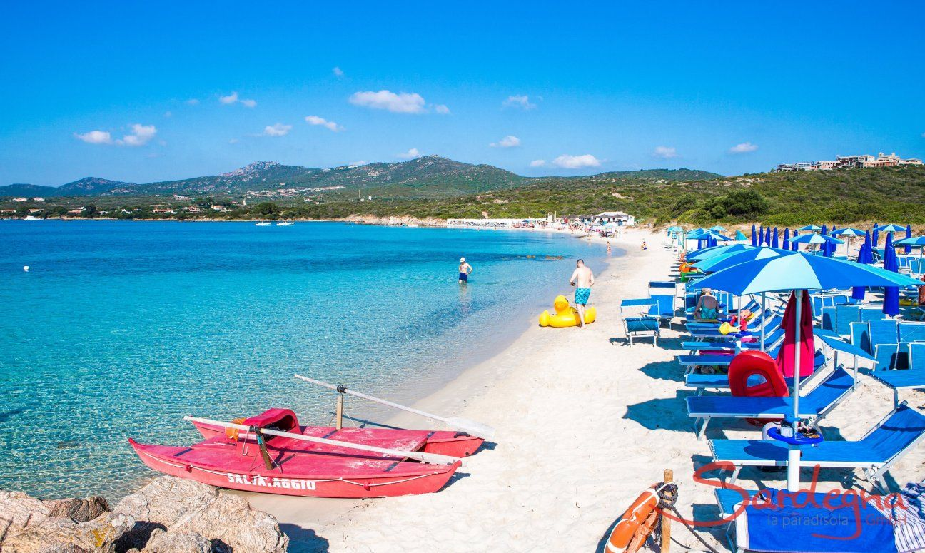Sunbed- and ombrella rental on the white sandy beach of Golfo Aranci