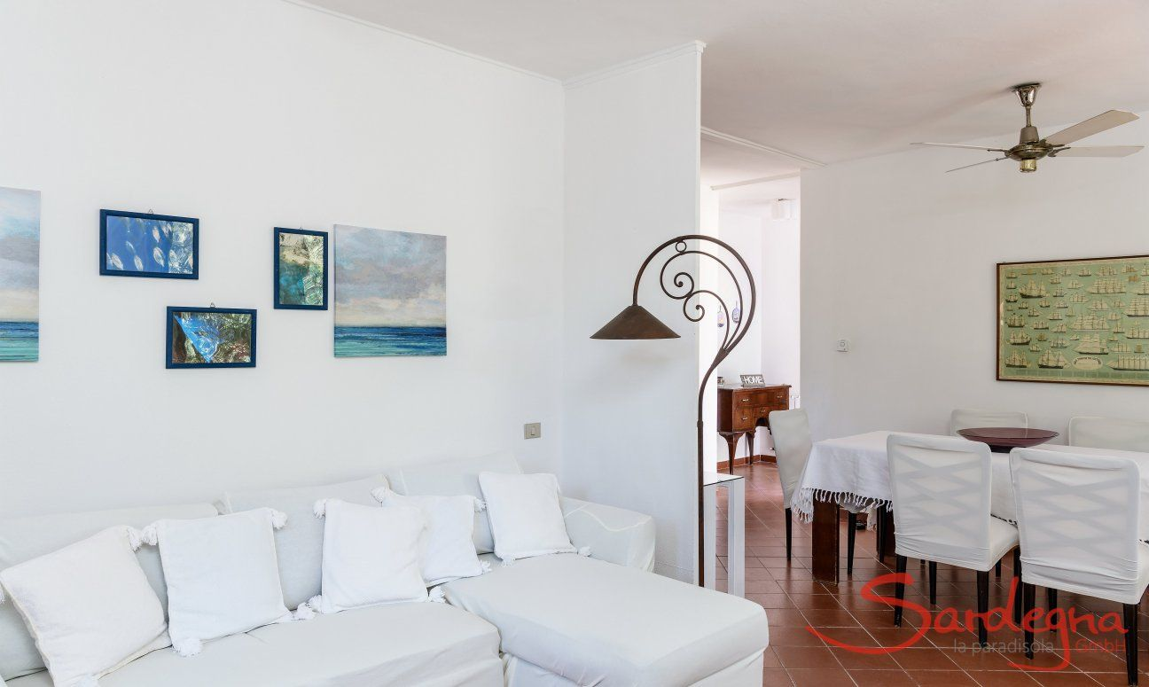 Livingroom with sofa and dining table in Su Faru 2 Pula