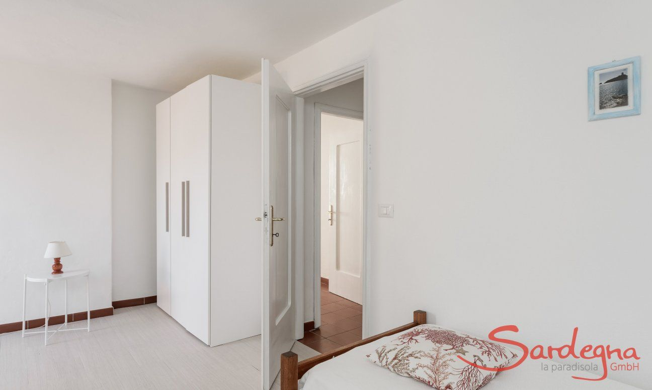 Bedroom with two single beds and cupboard Su Faru 3 Pula