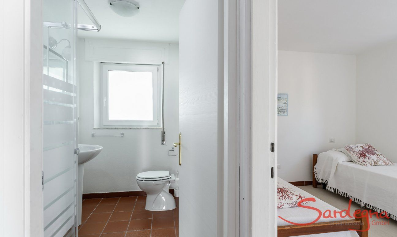 Bedroom with two single beds and bath next door Su Faru 3 Pula