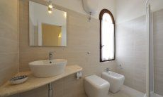 Modern and bright bathroom 2 with shower and bidet