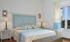 Bedroom with double bed and window with garden view, Li Conchi 7