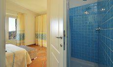 Ensuite bath with shower Li Conchi 7