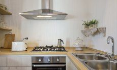 Kitchen with oven, gas stove, exhaust hood and sink, holiday home Li Conchi 7