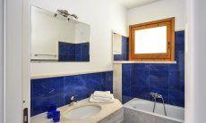 Bathroom 1 with bathtube