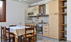 Kitchen souterrain with dining table