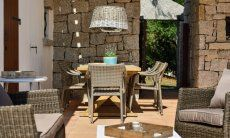 Terrace of Li Conchi 5 furnished with dining table and sofa