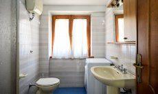 Bathroom 2 with wasching maschine