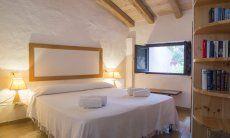 Bedroom with double bed Villa Fiori 2, Monte Is Molas