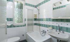 Bath 1 with bathtub belongs to bedroom 1 on the groundfloor