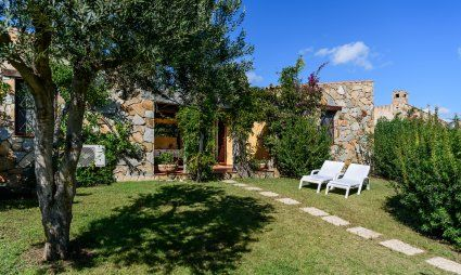 Spacious garden with sunbeds Meloni 1 in Sant Elmo